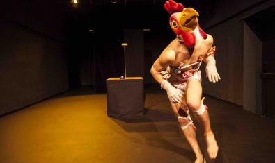 El protagonista de l'espectacle disfressat de pollastre
