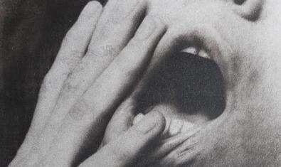 Fotografia d'una boca oberta amb una mà que mira de tapar-la