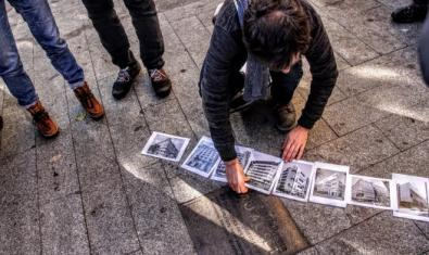 Un home visionant fotografies d'edificis