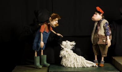 Fotografia  de l'espectacle de titelles, dos dels personatges i un gos