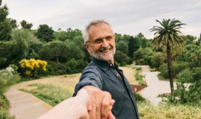 Un senyor rient i de fons, el Jardí Botànic.