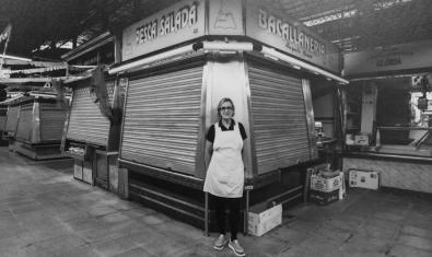Una de las vendedoras del mercado retratada ante la parada de bacalao del antiguo recinto