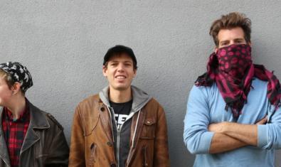 Retrato del músico norteamericano con los dos músicos que le acompañan uno de los cuales lleva un pañuelo que le tapa media cara