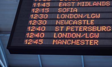 Tablero de destinaciones en un aeropuerto