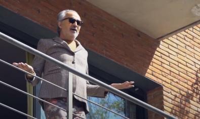 Una imagen del músico en su balcón con americana y gafas de sol