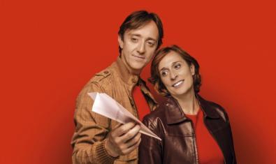 Joan Carreras i Clara Segura en una imatge promocional de 'La bona persona de Sezuan'