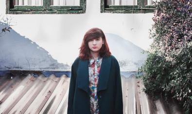 L'artista de Vic retratada davant les finestres d'una casa de poble