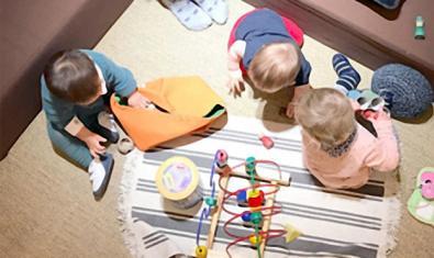 Infants jugant amb diferents materials.