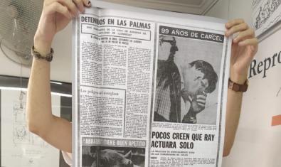 Unas manos de una persona que no podemos ver sostienen una página de un diario de los años 60