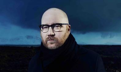 Retrat del músic amb un paisatge islandès de fons