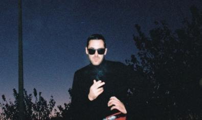 El DJ y productor retratado de noche llevando gafas oscuras