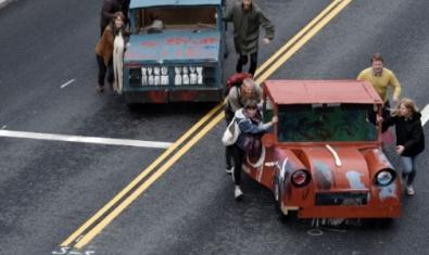 Imatge d'uns ciutadans empenyent un cotxe en un carrer