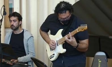 Un guitarrista en una de las actuaciones grabadas y colgadas en el canal de YouTube de la escuela