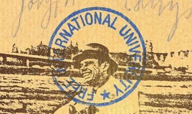 Una de las imágenes que se pueden ver en la exposición muestra un retrato del artista a dos tintas con un sello de la Universidad Internacional Libre estampado encima