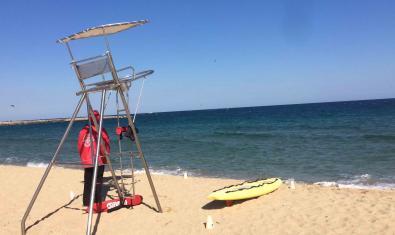 Fotografia d'un socorrista al seu lloc de vigilància a la platja