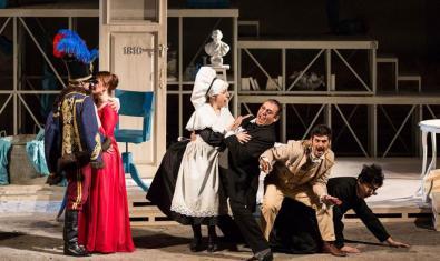 Fotografía de un escena de la ópera con cinco actores en el escenario