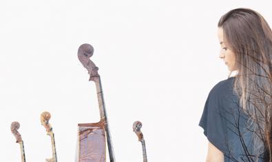 La cantante Judit Neddermann contempla los instrumentos musicals de los integrantes del Quartet Brossa