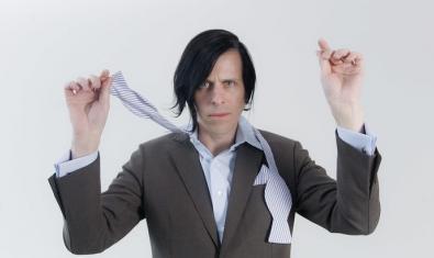 Una imagen del artista retratado con el pelo largo y deshaciéndose el lazo de la corbata