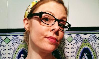 Retrato de la monologuista con gafas y un pañuelo en la cabeza