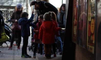 Nens i nenes abans d'entrar al cinema