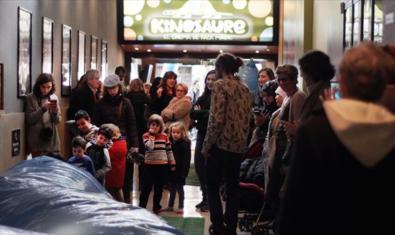 Cua de famílies en una de les sessions del Kinosaure
