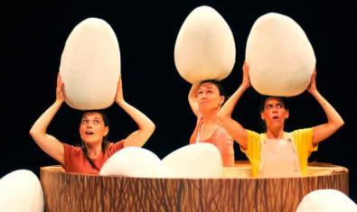 Tres dones dins un niu gegant aguanten cadascuna un ou amb les mans