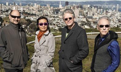 Los integrantes de este cuarteto de música contemporánea retratados con la ciudad de fondo
