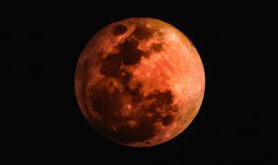 Imagen de la Luna enrojecida