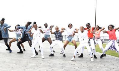 Un grupo de adolescentes y jóvenes bailan danzas urbanas del África Subsahariana