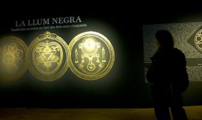 Mosaico de signos de esoterismo en la exposición.