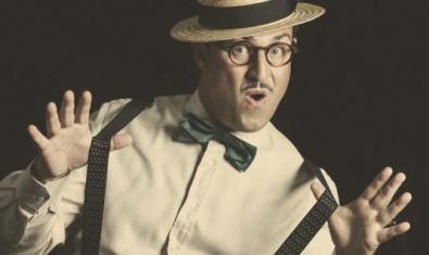 El mag Fèlix Brunet amb un clavell a la boca i un somriure.