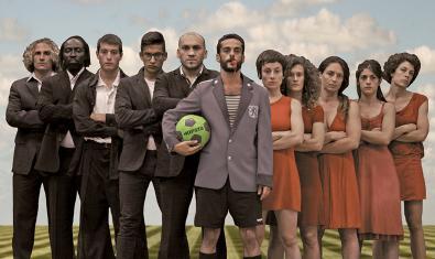 Foto de familia de futbolistas, bailarinas y árbitro de 'La partida'