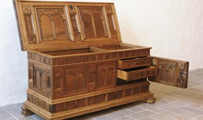 La col·lecció del Monestir de Pedralbes s'amplia amb una mostra de mobiliari