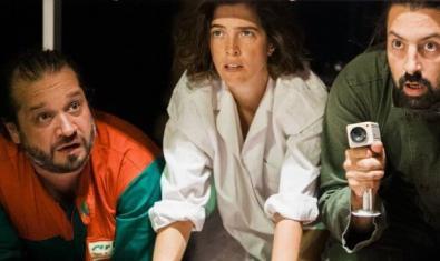 Els tres protagonistes de la funció amagats sota una taula en un moment de la representació