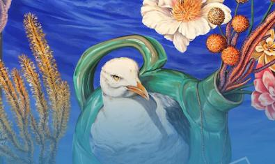 Una de las obras expuestas muestra un ave rodeada de vegetación y con el mar de fondo