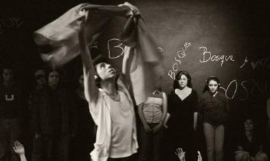 Un grup d'espectadors amb auriculars segueix les instruccions per interpretar la coreografia
