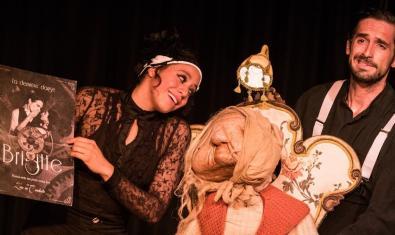 Retrato de los dos protagonistas de la función con el títere de medida natural que representa a la Brigitte del título