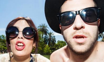 Primer plano de los dos integrantes de la banda con grandes gafas de sol
