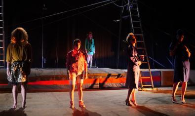 Els integrants de la companyia, vestits de colors, durant la funció