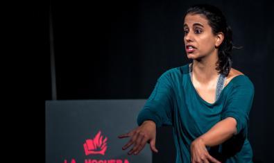 La dramaturga i protagonista del muntatge retratada durant la representació