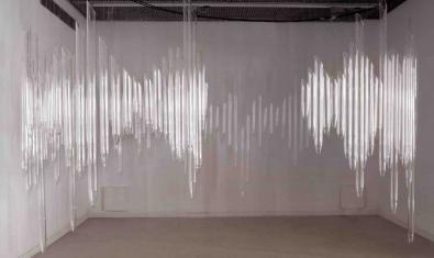 Una instal·lació de Laia Moreto que mostra uns tubs de borosilicat transparents amb aigua i alè humà