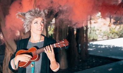 La Lali BeGood tocant la seva petita guitarra.