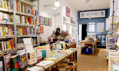 Una imatge de la llibreria que acull aquestes sessions de monòlegs d'humor amb prestatges plens de llibres a banda i banda
