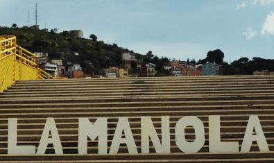 Unes grans lletres col·locades en unes escales del barri on es pot llegir La Manola