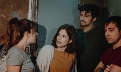 Els quatre protagonistes del muntatge retratats davant d'una porta