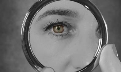 L'ull d'una dona reflectit en un mirall de maquillatge al cartell que anuncia un dels curtmetratges programats
