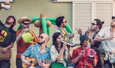 Los miembros de este grupo multitudinario, retratados en la calle con sus instrumentos musicales