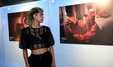 Una de las modelos de las fotografías de Jordi Otix contempla su retrato colgado en la exposición