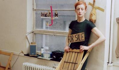 La Ribot retratada durant la representació d'una peça que aplega diversos muntatges de l'artista