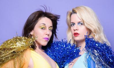 Les dues integrants de la banda, maquillades amb colors extravagants i amb vestits de festa